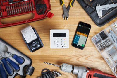 Zaliczka i zadatek za płatność - terminale płatnicze i narzędzia na stole