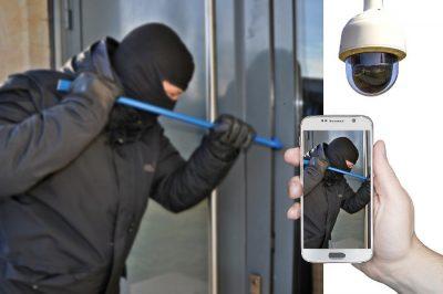 Włamywacz wyważający okno łomem - kamera monitoringu