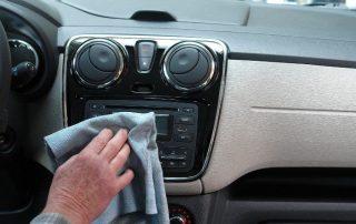 Wnętrze 6-letniego samochodu używanego - czyszczenie deski