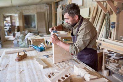 Przedsiębiorca rękodzielnik podczas pracy - działalność nierejestrowana