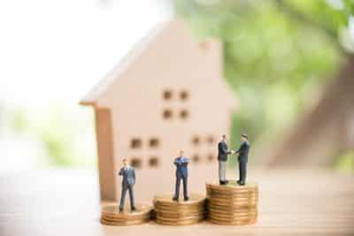 Model domu i kredyt hipoteczny na raty - doradca i klient na monetach